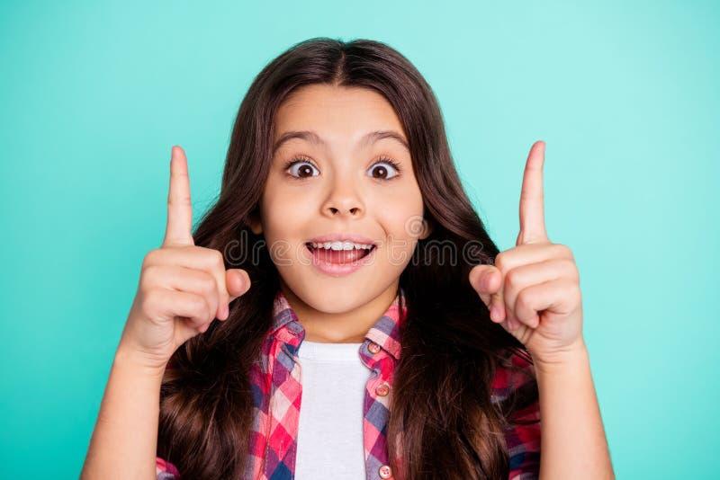Abschluss herauf das sch?ne stilvolle modische Kind des Fotos erstaunt beeindruckt haben langen Haarschnitt der unglaublichen Nac stockfotografie