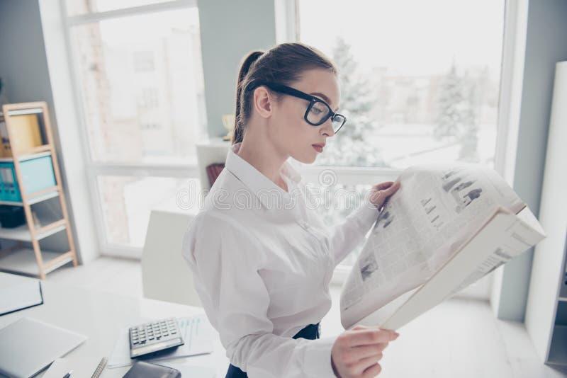 Abschluss herauf das Seitenprofilfoto schön sie ihr Presseleserartikel der Geschäftsdame Eyewearbrillen-Handarme neuer lizenzfreie stockfotografie