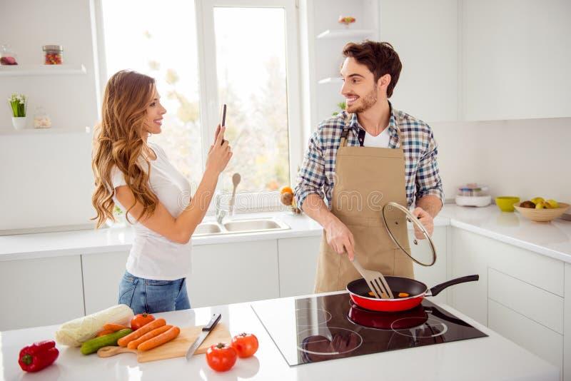 Abschluss herauf die Leute des Fotos zwei sch?n er er sein Macho sie ihr Romanze Telefonhandvorlagenklasse Blogger Dame machen stockfoto