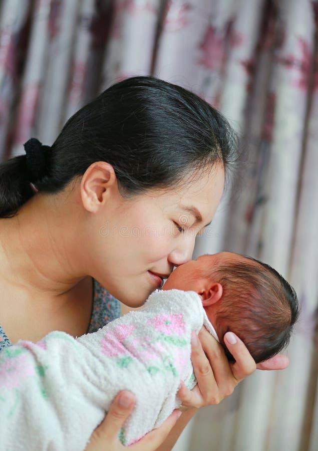 Abschluss herauf die Mutter, die neugeborenes Baby nett-riecht lizenzfreie stockbilder