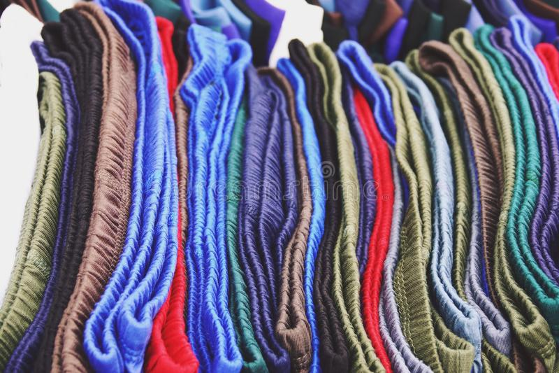 Abschluss herauf die Unterwäsche der bunten Männer im Speicher lizenzfreie stockfotos