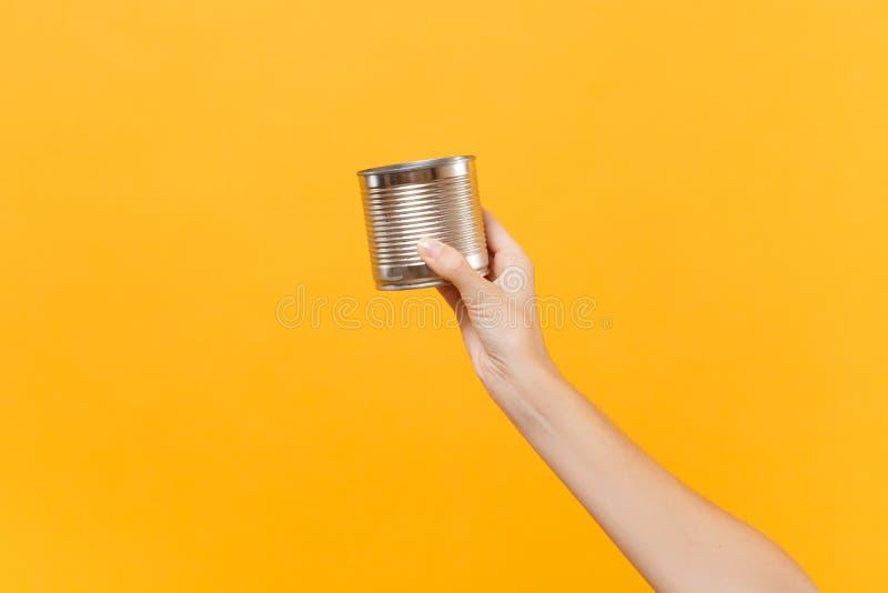 Abschluss herauf die weibliche Eisenmetallchromdosen-Konservennahrung des Griffs in der Hand klare leere leere lokalisiert auf ge lizenzfreies stockbild