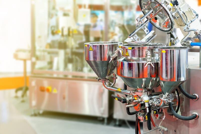 Abschluss herauf flachen Schläger und Fass und Entladungssystem der automatischen und modernen Nahrungsmittel- oder Getränkehande stockfoto