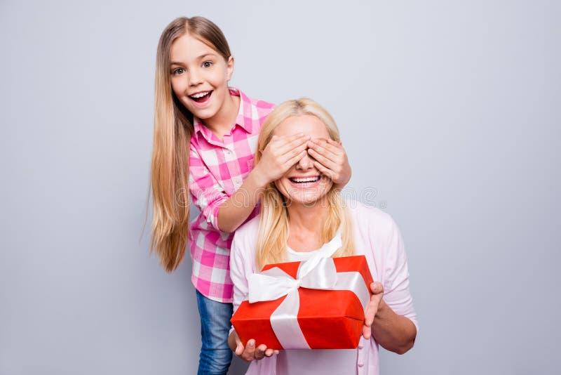 Abschluss herauf freundliches blondes Haar des Fotos sie, die ihre Enkelin-Fellaugen der Großmutter kleinen nicht schauen, große  lizenzfreie stockfotos
