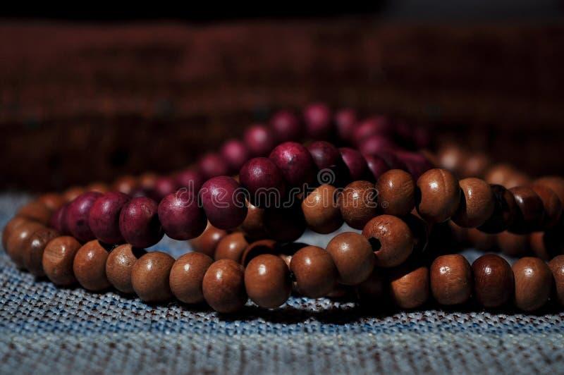 Abschluss herauf Gebetsperlen auf Gebetsteppich stockfotografie