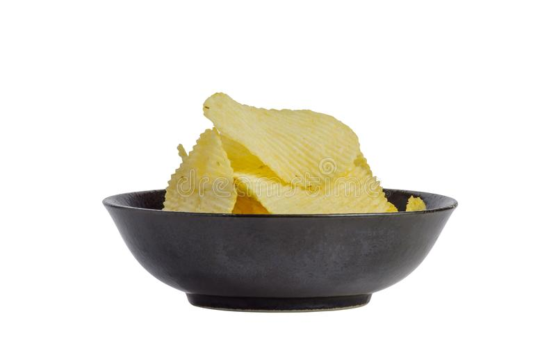 Abschluss herauf gebratenen Kartoffelchipimbiß in der schwarzen Schüssel lokalisiert auf weißem Hintergrund, ungesunde Fertigkost lizenzfreies stockfoto