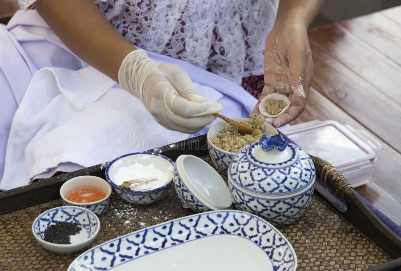 Abschluss herauf Hand der alten Frau machen thailändisches Nachtischlebensmittel mit keramischem b stockbild