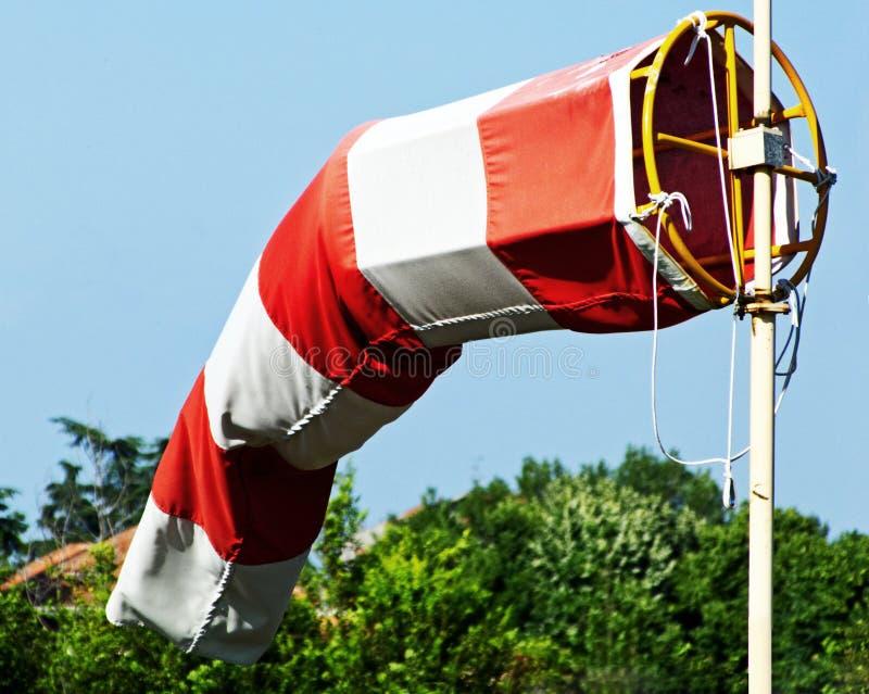 Abschluss herauf Hubschrauber-Landeplatz Windsocke auf Ölplattform, Hintergrund des blauen Himmels lizenzfreies stockbild