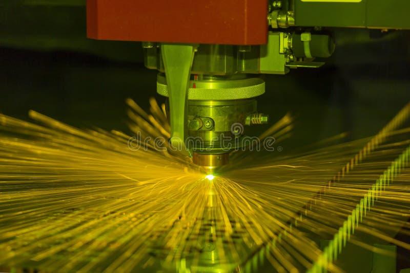 Abschluss herauf industriellen Laser und Plasmaschneiden des Stahlblechs oder der Blechtafel mit Funken fliegt lizenzfreies stockbild