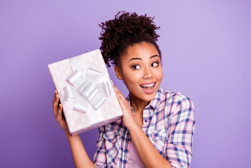 Abschluss herauf jugendlich Jugendlichen lustiger flippiger Dame des Fotos erstaunt beeindruckt durch weißes Band des Pastellkast lizenzfreie stockbilder