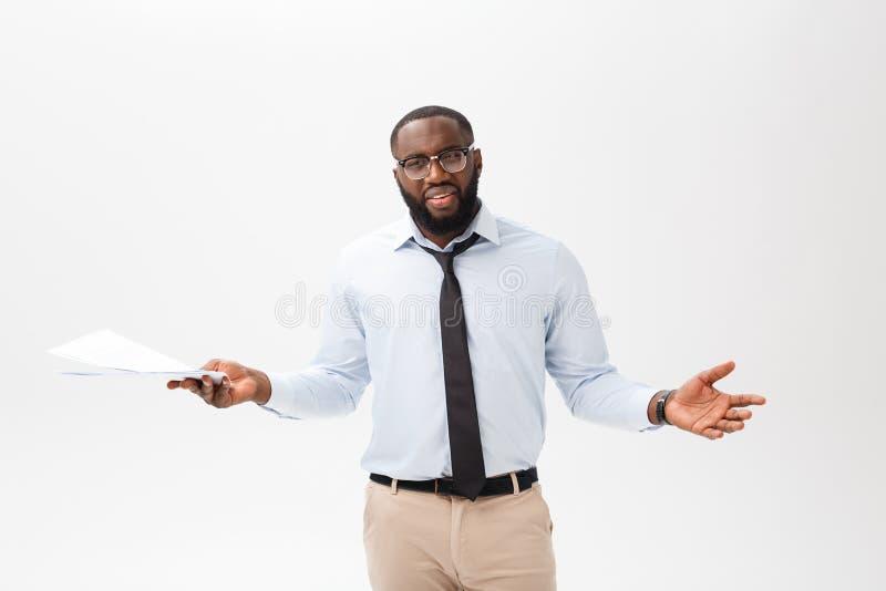 Abschluss herauf jungen afro-amerikanischen Geschäftsmann mit dem Betrachten der Kamera beim Halten des Dokumentenpapiers lizenzfreie stockfotografie