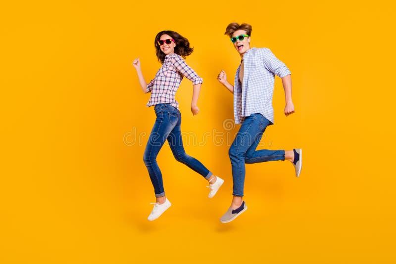 Abschluss herauf Körpergrößen-Seitenprofilfoto in voller Länge von Paaren in Sommerspezifikt. er er seins sie ihr springendes Hoc lizenzfreie stockfotografie