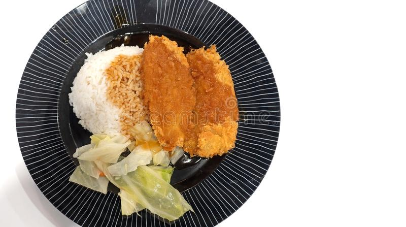 Abschluss herauf klaren Fried Fish mit Jasmine Rice und gekochtem Gemüse lokalisiert auf weißem Hintergrund mit Kopien-Raum stockfoto