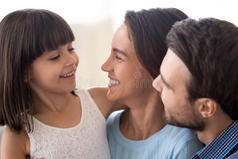 Abschluss herauf lächelnde verschiedene Familie mit kleiner Tochter lizenzfreie stockfotografie