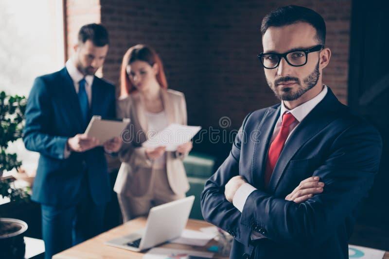 Abschluss herauf Leute des Fotos drei sie ihre Geschäftsdamenstudie lernen, Diagramme zu halten er er seine Kerlwachstums-Entwick lizenzfreie stockfotos