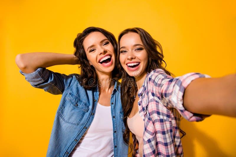 Abschluss herauf lustige flippige reizend jugendlich Jugendliche des Fotos lassen Freizeitsommer-Wochenendenfeiertage reisen, die stockfotografie