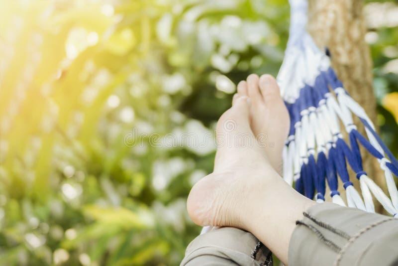 Abschluss herauf Mann an einem Tag der Hängematte im Urlaub entspannen sich Zeit, warmen Retro- Filtereffekt lizenzfreie stockbilder