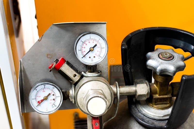 Abschluss herauf Manometer CO2 Behälter stockfotos