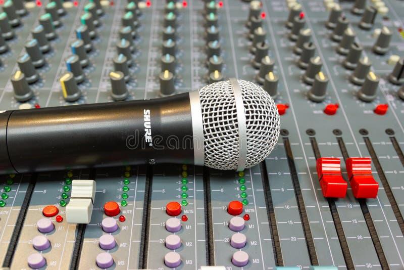 Abschluss herauf Mikrofon auf mischender Konsole eines großen Hifisystems lizenzfreies stockbild