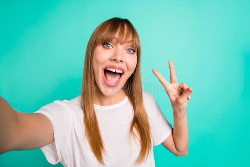 Abschluss herauf netten hübschen jugendlich Jugendlichen des Fotos machen Fotos reizend Vzeichenrufschreisommerreisefeiertags-Woc lizenzfreies stockfoto