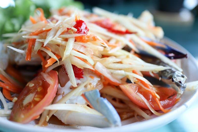 Abschluss herauf Papaya-Salat mit blauer Krabbe auf dem Tisch stockbild