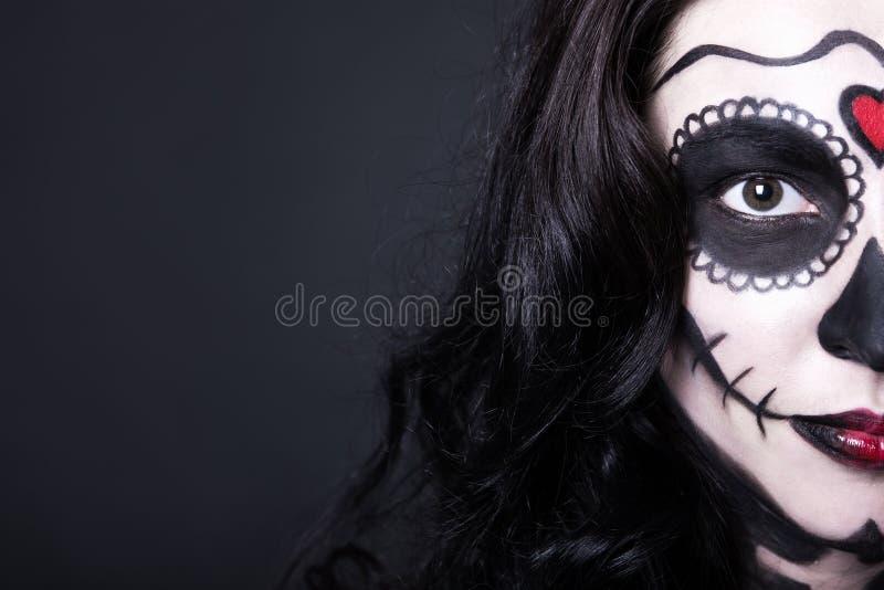 Abschluss herauf Porträt der Frau mit Halloween-Schädel bilden über bla lizenzfreie stockfotos