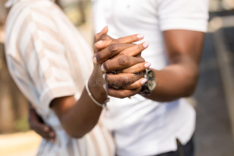 Abschluss herauf protrait im Freien von den Afroamerikanerpaaren, die sich umfassen stockfotografie