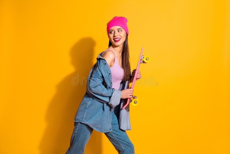 Abschluss herauf schöne das Seitenprofilfoto läuft sie ihre Damenhandarme des Pomadenblickes des Brettes sportive Person des glat lizenzfreies stockbild
