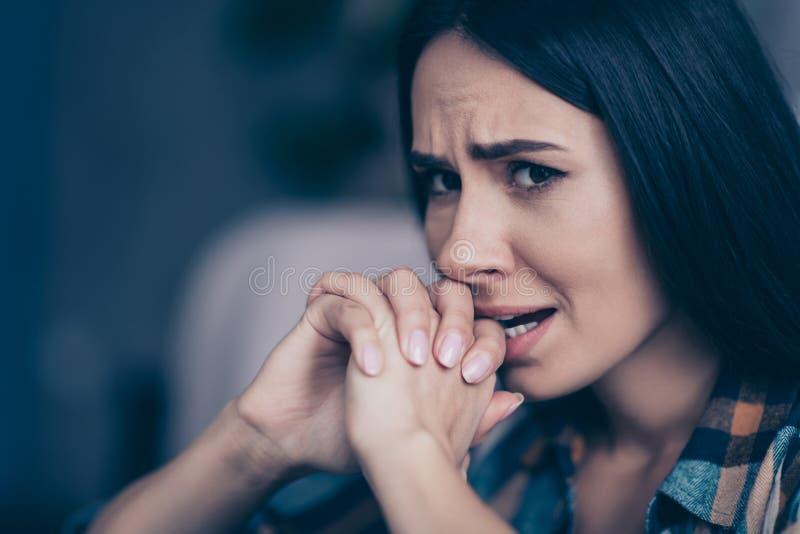 Abschluss herauf schöne das Seitenprofilfoto missfiel sie ihre Dame hoffnungslose Bisszahnhände, das, Nerven der Palmen zusammen  lizenzfreies stockfoto