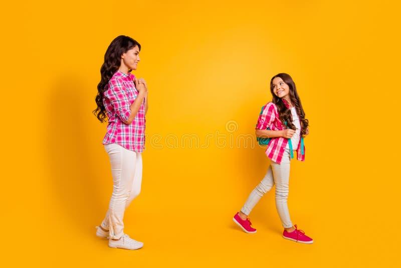 Abschluss herauf schöne das Seitenprofilfoto sieht sie ihre studienzeit der kleinen Tochter der Modelldamenmutter Abschiedsc$sie  stockbilder