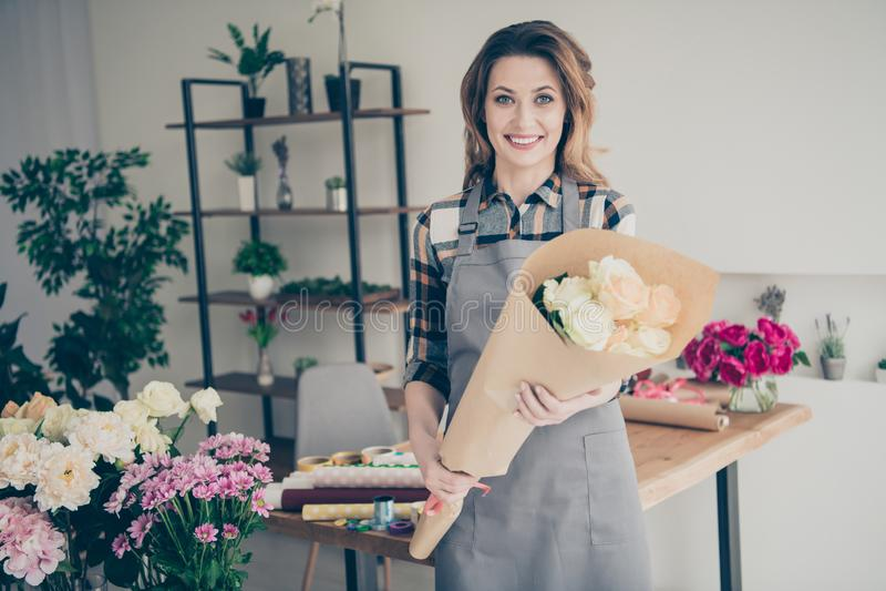 Abschluss herauf schönes entzückendes des Fotos hält sie ihre Dame viele Angestellt-Handarme des Vaseneinzelhändlers behilfliche  lizenzfreies stockfoto