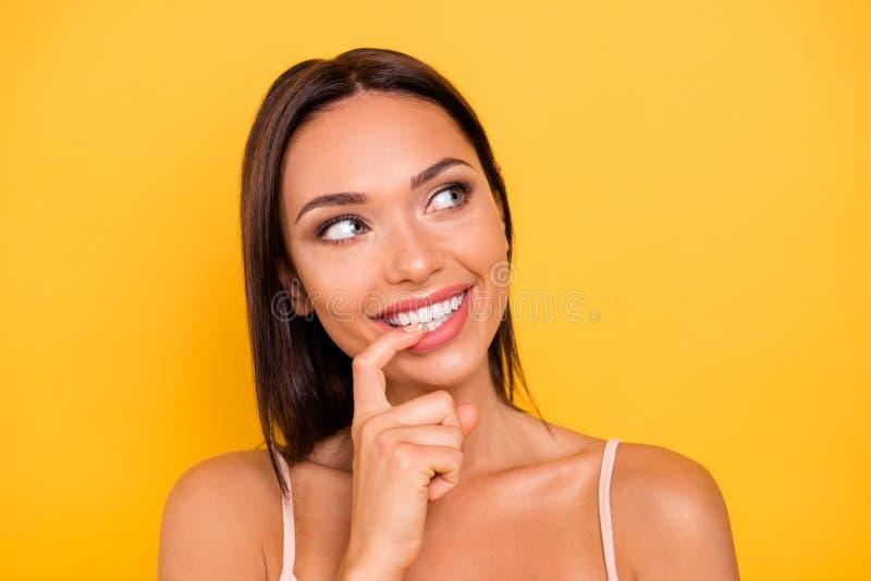 Abschluss herauf schönes erstaunliches des Fotos beißt sie ihre weißen idealen Zähne Damenmunds Zeigefingerblick herauf heikle Ab lizenzfreie stockbilder