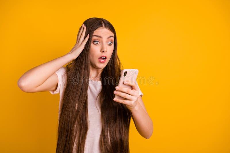 Abschluss herauf schönes erstaunliches des Fotos erhielt sie ihr Langhaarfrisurgriff-Handarmtelefon Dame sehr Buchstabe-E-Mail-Ch lizenzfreie stockfotos