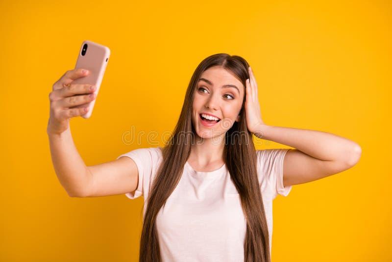 Abschluss herauf schönes erstaunliches des Fotos sie, die ihre Langhaarfrisurgriff-Handarme Dame sehr telefonieren, selfies nehme stockfotos
