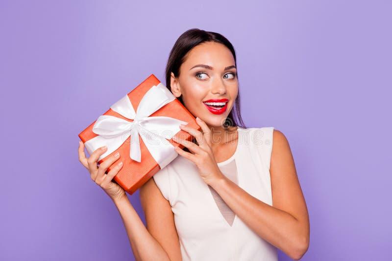Abschluss herauf schönes erstaunliches des Fotos wunderte sich sie, die ihre Dame giftbox Handarme halten, Raum-Faszinationsreiz lizenzfreie stockfotos