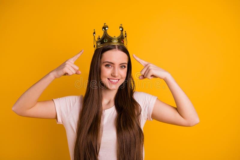 Abschluss herauf schönes erstaunliches des Fotos zeigt sie ihre Damenführerhauptgoldkronenkopffinger speziellen Statuspopstar an lizenzfreie stockfotos
