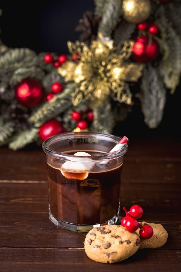 Abschluss herauf selbst gemachte geschmackvolle heiße Schokolade im Glas mit Eibisch-festlicher Weihnachtshintergrund-Süßigkeit C stockbilder