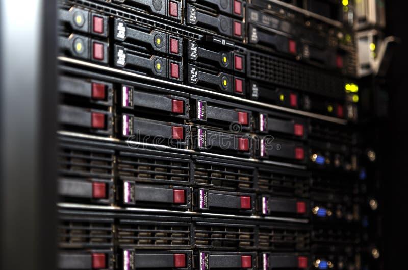 Abschluss herauf Servergestellgruppe in einem vorgewählten Fokus des Rechenzentrums, schmales Tiefenfeld stockbild
