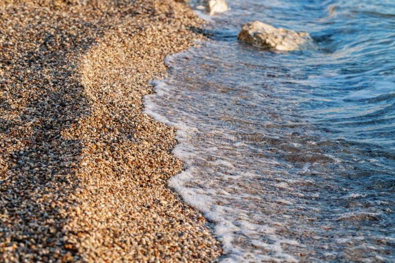 Abschluss herauf Strandsteine auf der Küste Sommersonnenaufgang auf K?ste, Korfu-Insel, Griechenland Ionisches Meer des Strandes  stockbilder