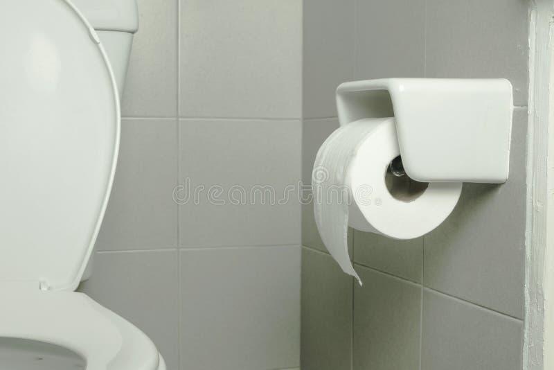 Abschluss herauf Toilettenpapier im Badezimmer stockfotos