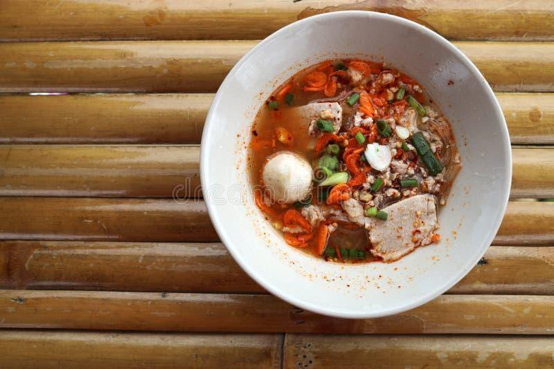 Abschluss herauf Tom Yum Noodles Served in einer runden weißen Schüssel lizenzfreies stockbild
