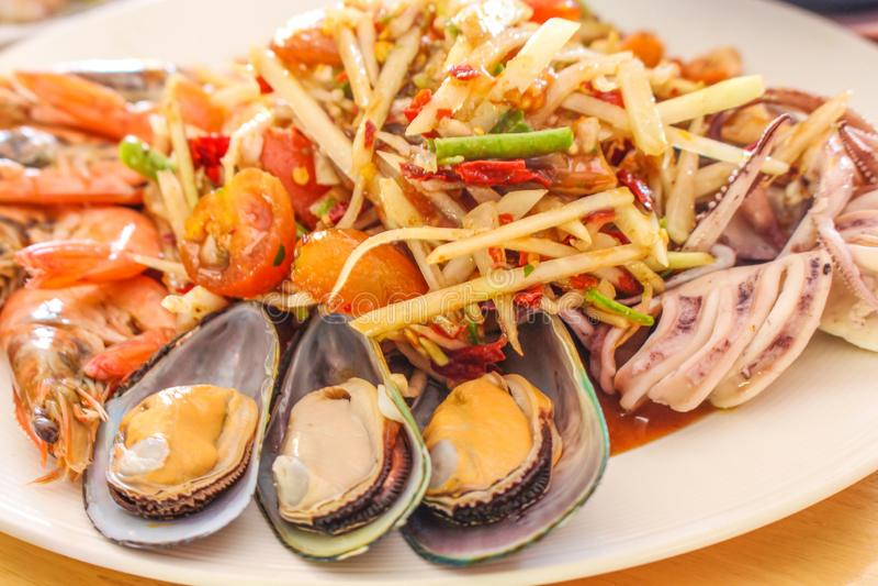 Abschluss herauf würzigen Papayasalat mit Meeresfrüchtegarnele lizenzfreies stockbild