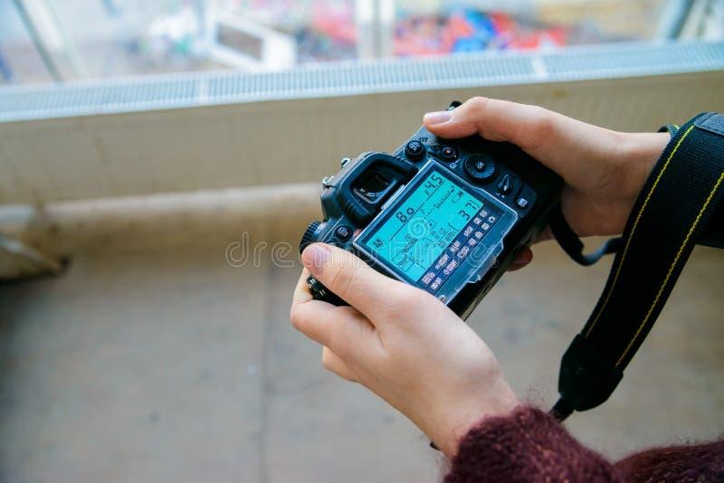 Abschluss herauf weibliche Hände justieren Einstellungen auf Kamera stockfotografie