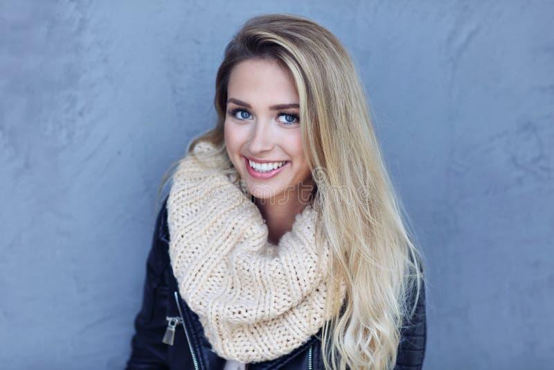 Abschluss im Freien herauf Porträt der jungen schönen glücklichen lächelnden Frau lizenzfreies stockfoto