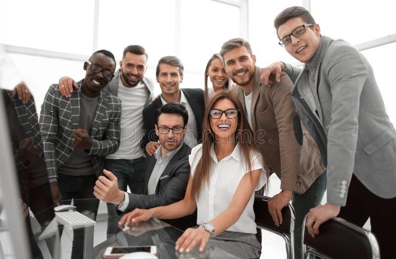 Abschluss oben Berufsgeschäftsteam in einem modernen Büro lizenzfreies stockbild