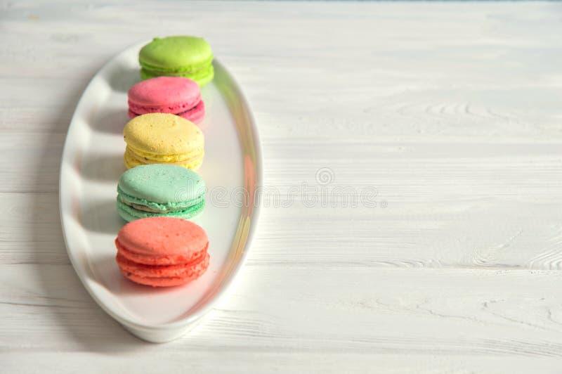 Abschluss oben Bunte französische macarons richteten in Folge auf weißer Platte aus Allein gefrorener Baum Kopieren Sie Platz stockbild