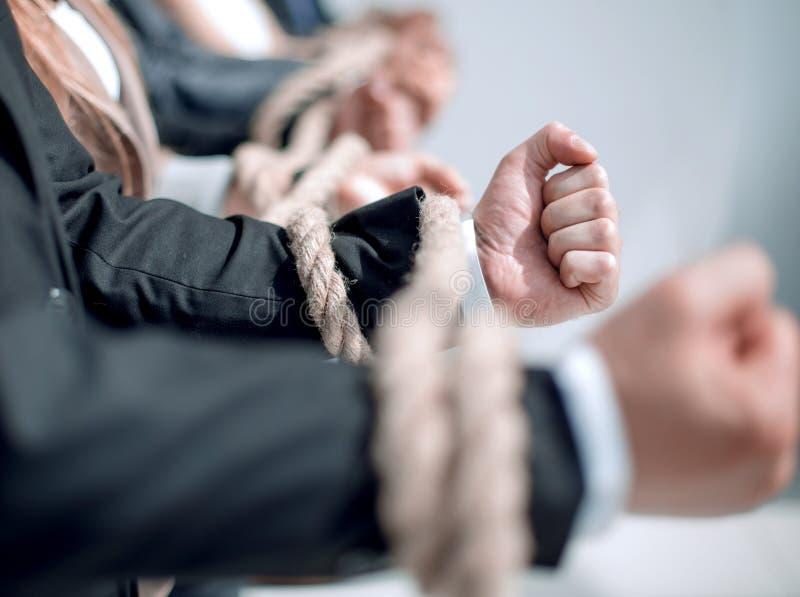 Abschluss oben das Geschäftsteam verband mit einem starken Seil stockbild