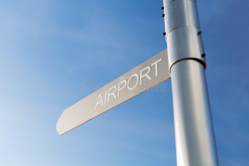 Abschluss oben des Flughafenwegweisers über blauem Himmel stockfotos