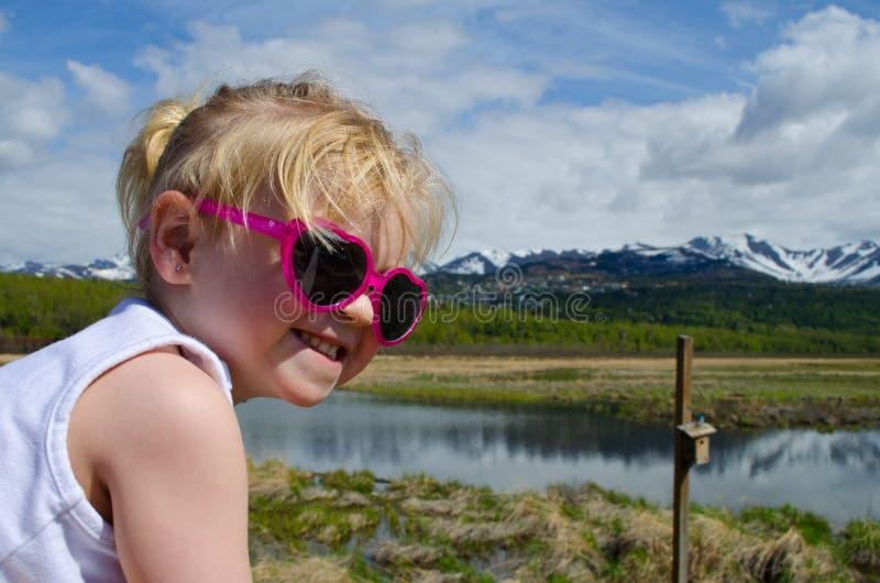 Abschluss oben des Kleinkindes auf der Promenade lizenzfreie stockfotos
