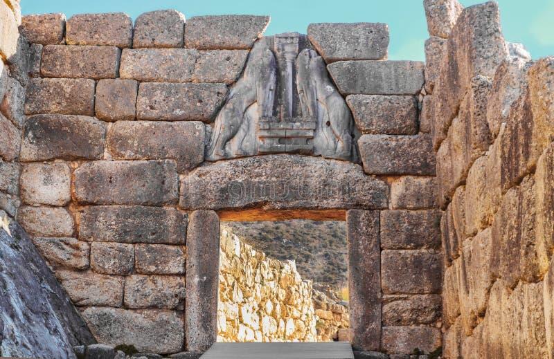 Abschluss oben des Löwetors in den Altgriechischeruinen bei Mycenae, das in der Ilias erwähnt wird - Verfehlungsköpfe waren wahrs lizenzfreies stockfoto
